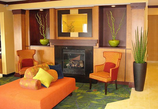 Saint Cloud, MN: Lobby & Fireplace