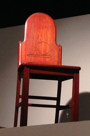 Флашинг, Нью-Йорк: Art deco chair sits quietly above a case in the historically engaging World's Fair exhibit.
