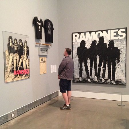 ‪‪Flushing‬, نيويورك: Space for traveling or temporary exhibits; this was the fab Ramones show.‬