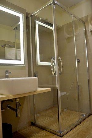 Hotel Atlantic: bathroom