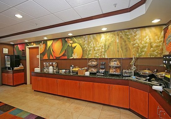 Fairfield Inn & Suites Greensboro Wendover: Breakfast Buffet