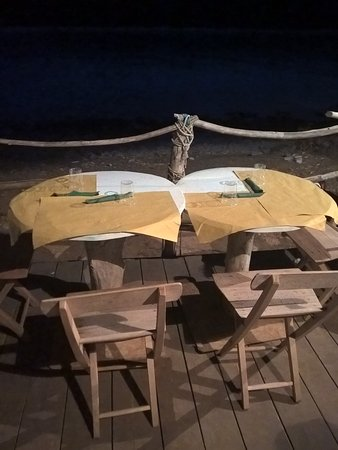 Veli rat, Kroatië: Outdoor table ares close to the seaside