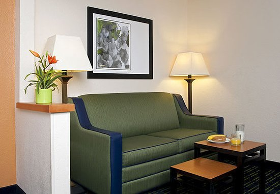 Saginaw, ميتشجان: Executive Guest Room Sitting Area