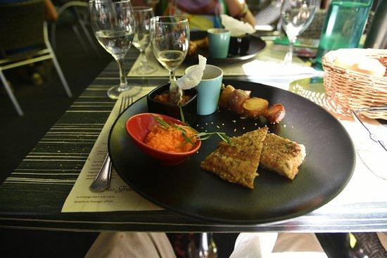 Chatillon-sur-Chalaronne, France : Filet de carpe de la Dombes pané et ses accompagnements.