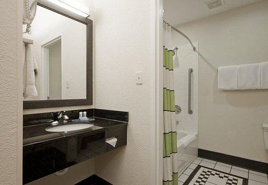 Houma, LA: Suite Bathroom