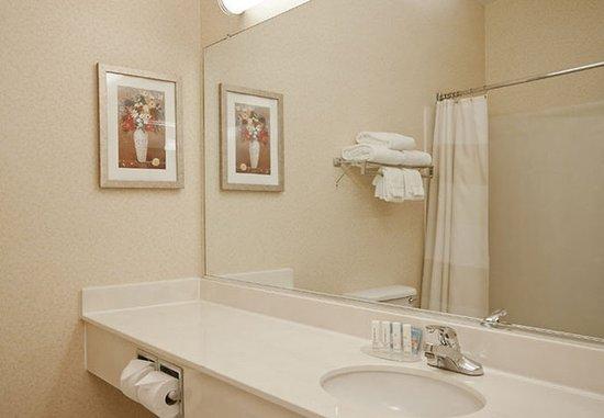 Liverpool, Нью-Йорк: Guest Bathroom