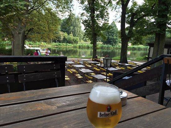 Velten, Allemagne : Blick über den Biergarten auf den Kanal