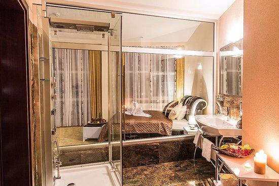 Lucenec, Slovakia: Bathroom Deluxe Room