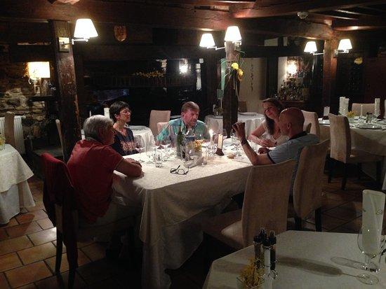 Haybes, França: ambiance cosy le soir entre amis lors d'une étape pendant la visite de la vallée de la Meuse