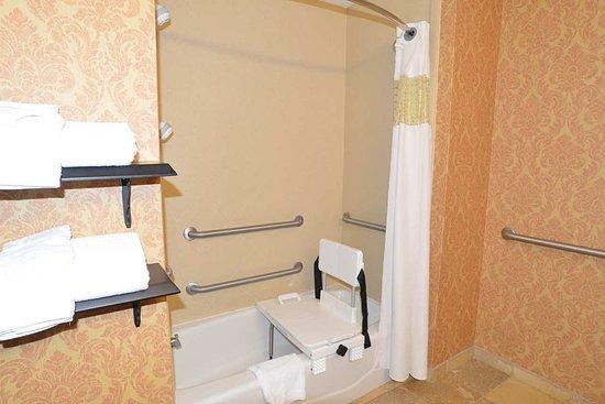 Lake City, FL: Accessible Bathroom