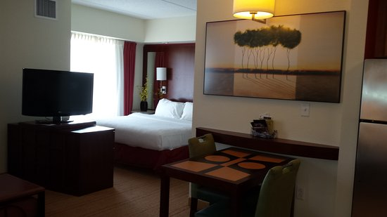 Residence Inn Pittsburgh North Shore: Living area and bedroom in a king suite