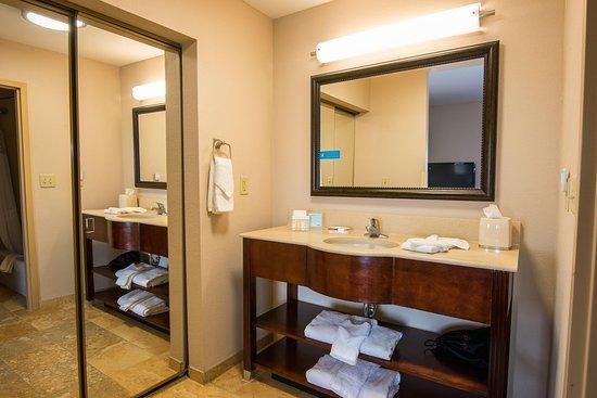 Hampton Inn and Suites Lake City: Suite Bathroom