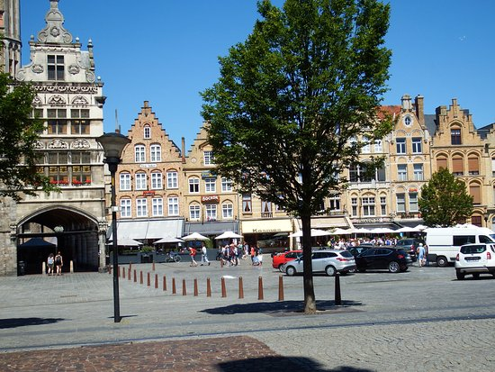 Ypres, Belgique : Looking across the Square