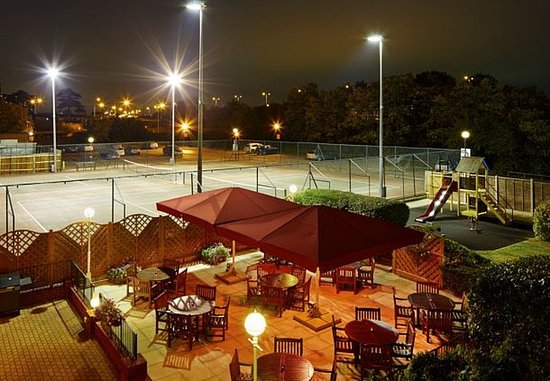 Slough, UK: Outdoor Patio & Tennis Courts