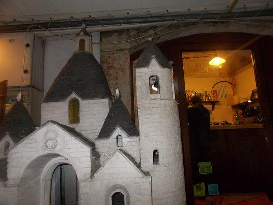 Province of Bari, Italie : Modellino della Chiesa a Trullo di S.Antonio all'entrata del Trullo del Conte
