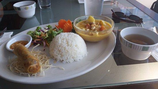 เวสต์แวนคูเวอร์, แคนาดา: Lunch special: yellow curry with chicken
