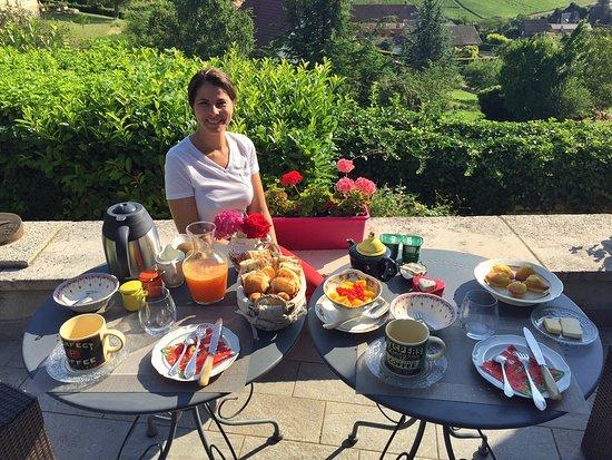 Les Lucioles de Montagny : Petit déjeuner sur la terrasse
