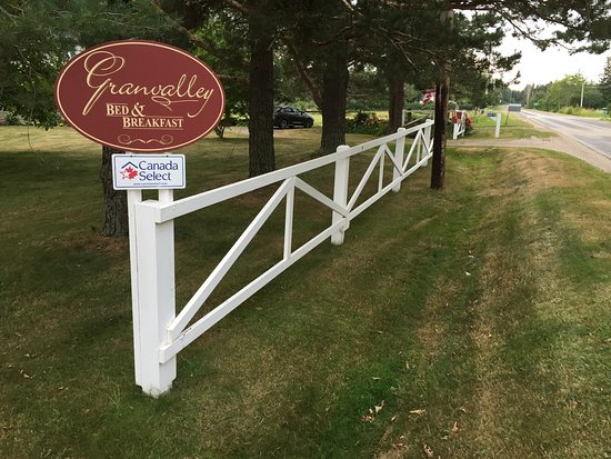 Granville Ferry, Kanada: Scene from the road as you approach the turn-in to the property. Very nicely maintained.