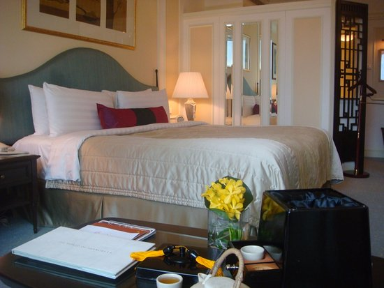Shangri-La Hotel, Singapore: my bedroom valley wing