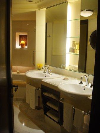 Shangri-La Hotel, Singapore: bathroom valley wing