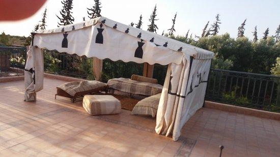 Salon sur la terrasse - Picture of Riad Le Jardin des Orangers ...