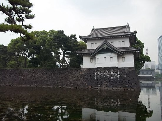 The East Gardens of the Imperial Palace (Edo Castle Ruin): Lateral