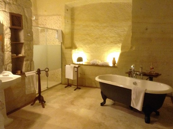 Esbelli Evi Cave Hotel: How about this for a luxury bathroom in a cave. The walls are hewn from the rock!