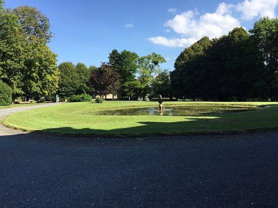 Asnieres-en-Bessin, France: Fontaine et bassin devant le Château