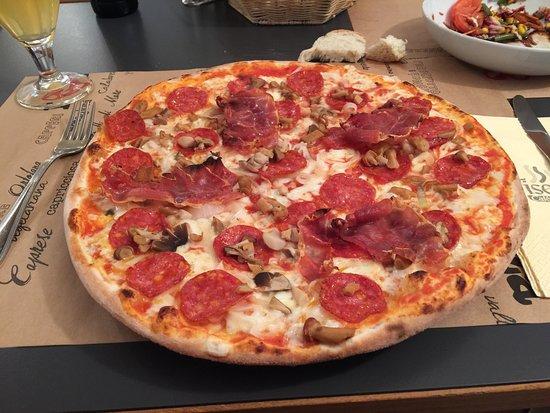 Tyrol du Sud, Italie : Pizza mit leckerem Boden, grosszügig belegt mit Salami, Pilzen und Speck