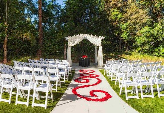 Fullerton, CA: Outdoor Ceremony