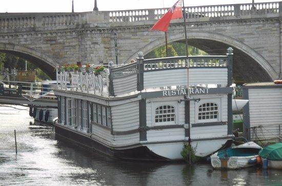Richmond-upon-Thames, UK: Il ponte dietro a un battello ristorante