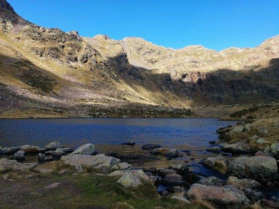 El Serrat, أندورا: Vista de uno de los lagos