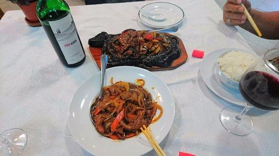 Algarrobo, Spanien: bœuf au poivre noir sur plaque chauffante