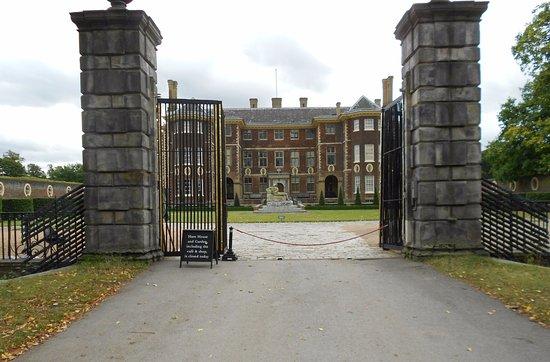 Richmond-upon-Thames, UK: Ham House dal cancello di ingresso