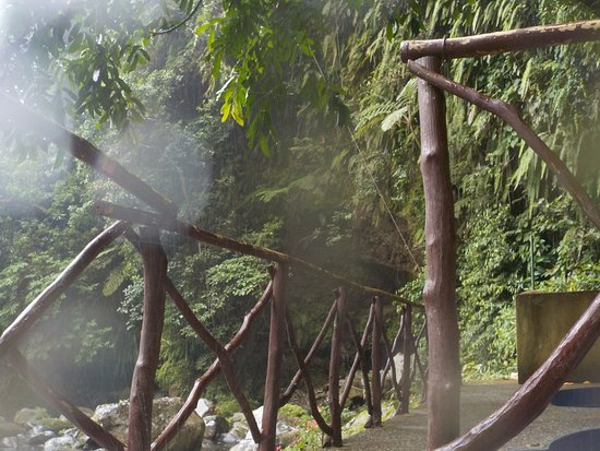 Panicuason Hot Spring Resort: walking bridge from pool to picnic area. Photo taken in rain