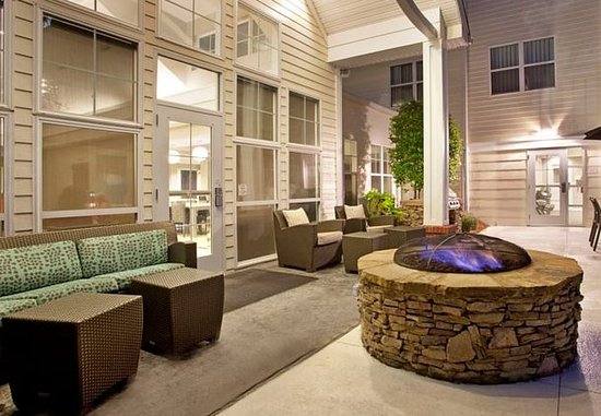 Ridgeland, MS: Outdoor Patio & Fire Pit