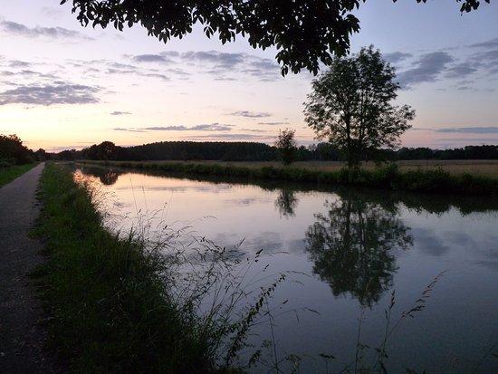 Belleville Sur Loire, Francia: le canal, impression le soir.... gare aux moustiques
