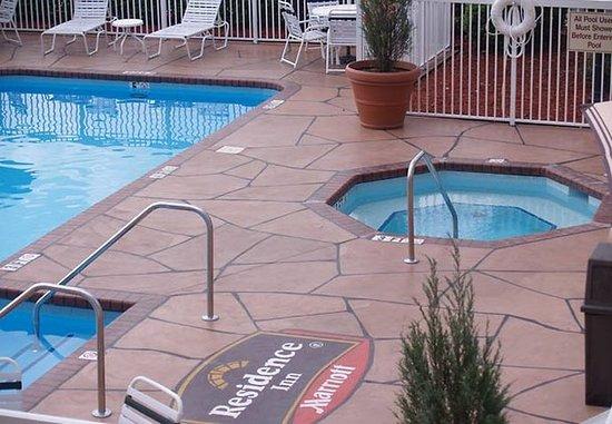 Rocky Mount, NC: Outdoor Pool & Whirlpool
