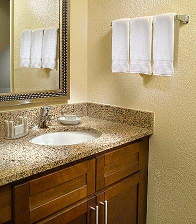 Chamblee, Джорджия: Guest Bathroom Vanity