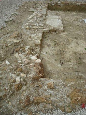 Monsampolo del Tronto, Italien: Lavori di scavo nell'area antistante