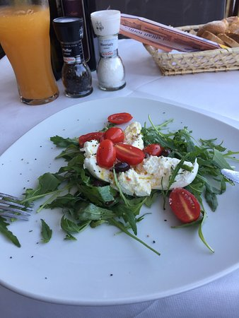 Drobollach am Faakersee, Østrig: burrata with arugula and cherry tomatoes  €8.90  Wonderful!