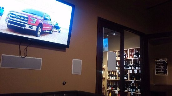 Woodinville, WA: Backroom with a TV and another bar