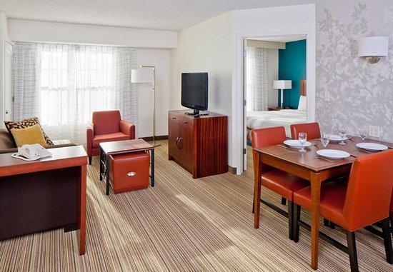 Norwood, ماساتشوستس: Two-Bedroom Suite - Living Area