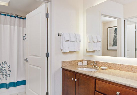 Norwood, MA: Suite Bathroom