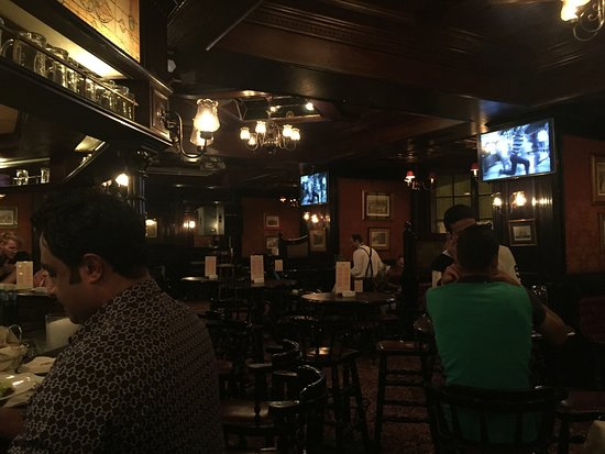 Cairo Marriott Hotel & Omar Khayyam Casino: Harry's Pub