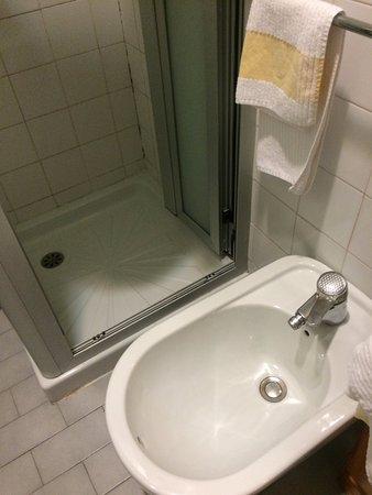 Qualiano, Italia: bidé pegado a la ducha