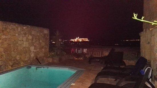 بيلافيستا فارم هاوسز جوزو: vue nocturne depuis la terrasse/piscine