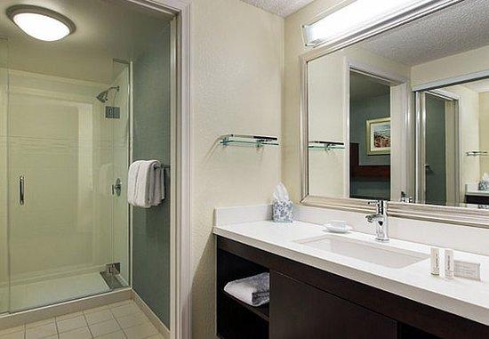 Irvine, CA: Suite Bathroom