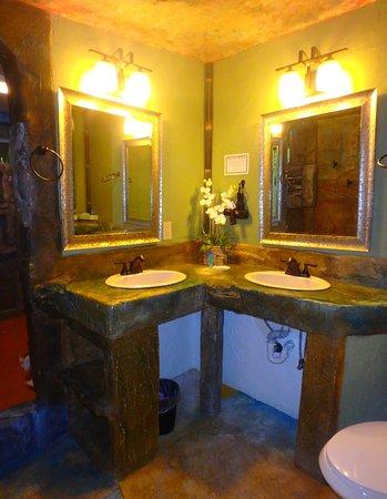 Chalet Kilauea: Double Sinks.