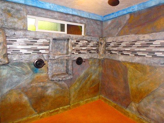 Chalet Kilauea: Cavernous Shower.